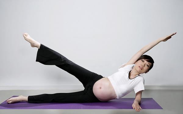 """Những tư thế yoga cho bà bầu """"đánh bay"""" mọi rắc rối thai kì 5"""