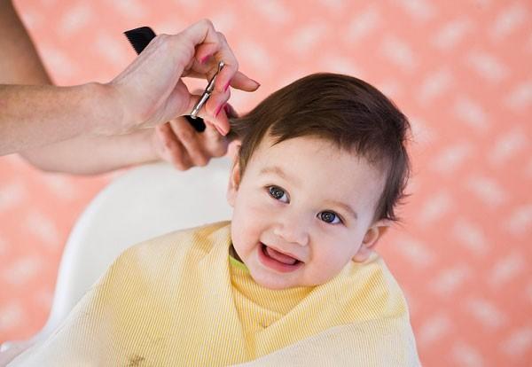 9 bước cực đơn giản giúp mẹ tự cắt tóc cho bé 1