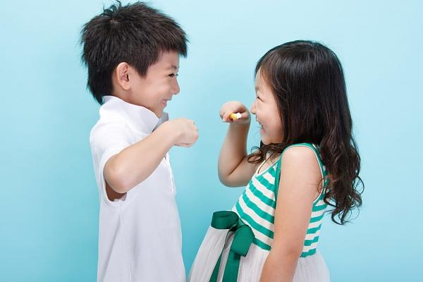 Kết quả hình ảnh cho Trẻ con răng còn yếu thì nên chọn những loại bàn chải như thế nào?
