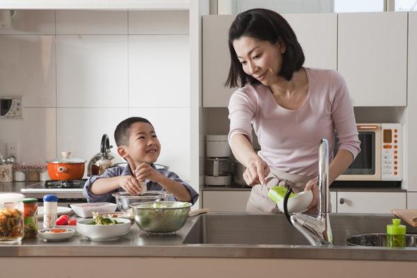 13 lợi ích tuyệt vời khi cho trẻ vào bếp cùng mẹ 2
