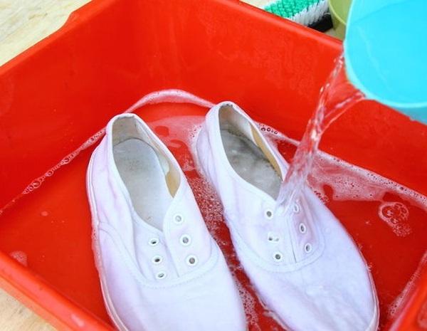 cách bảo quản giày vải sai lầm