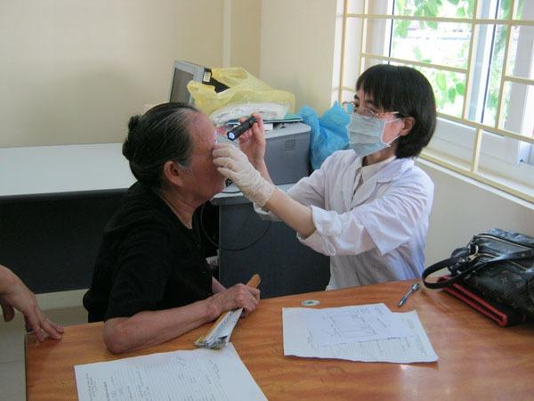 Bệnh đau mắt đỏ thêm nặng vì tự ý dùng kháng sinh, xông, đắp lá  1
