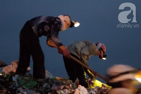 """Bãi rác 4.000 tấn ở Nam Sơn: """"Cánh đồng bội thu"""" của những người khốn khổ 9"""