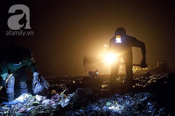 """Bãi rác 4.000 tấn ở Nam Sơn: """"Cánh đồng bội thu"""" của những người khốn khổ 11"""