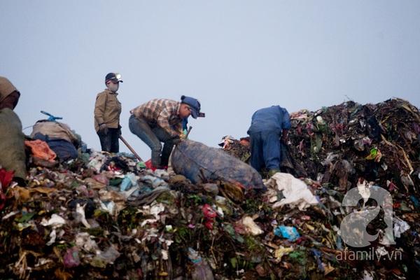"""Bãi rác 4.000 tấn ở Nam Sơn: """"Cánh đồng bội thu"""" của những người khốn khổ 12"""