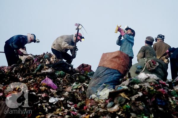 """Bãi rác 4.000 tấn ở Nam Sơn: """"Cánh đồng bội thu"""" của những người khốn khổ 13"""