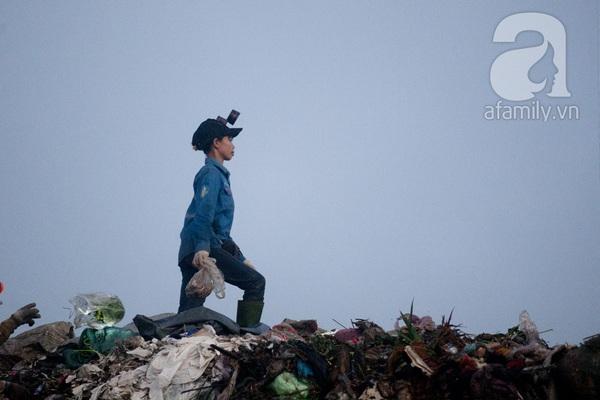 """Bãi rác 4.000 tấn ở Nam Sơn: """"Cánh đồng bội thu"""" của những người khốn khổ 17"""