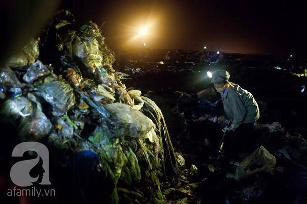 """Bãi rác 4.000 tấn ở Nam Sơn: """"Cánh đồng bội thu"""" của những người khốn khổ 8"""
