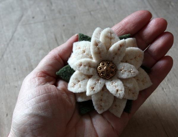 Hướng dẫn làm hoa vải cài áo xinh xắn mà thanh lịch 8