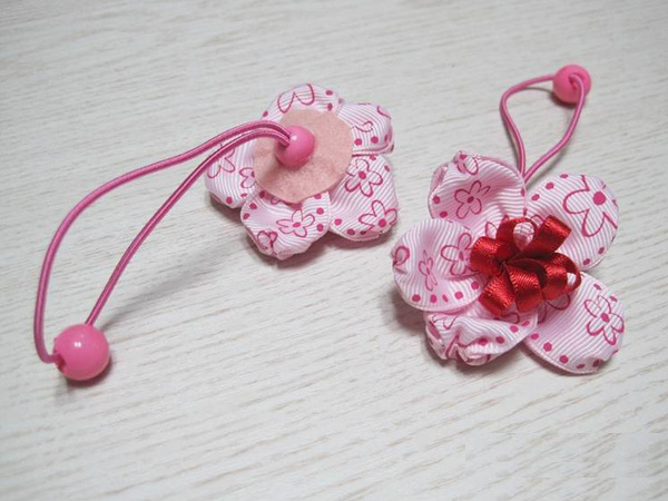 Mẹ làm dây buộc tóc bông hoa xinh tặng bé 1
