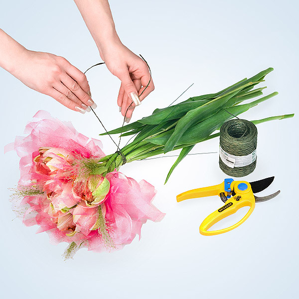 Cách bó hoa đẹp và dễ dàng cùng giấy gói hoa cách điệu 7
