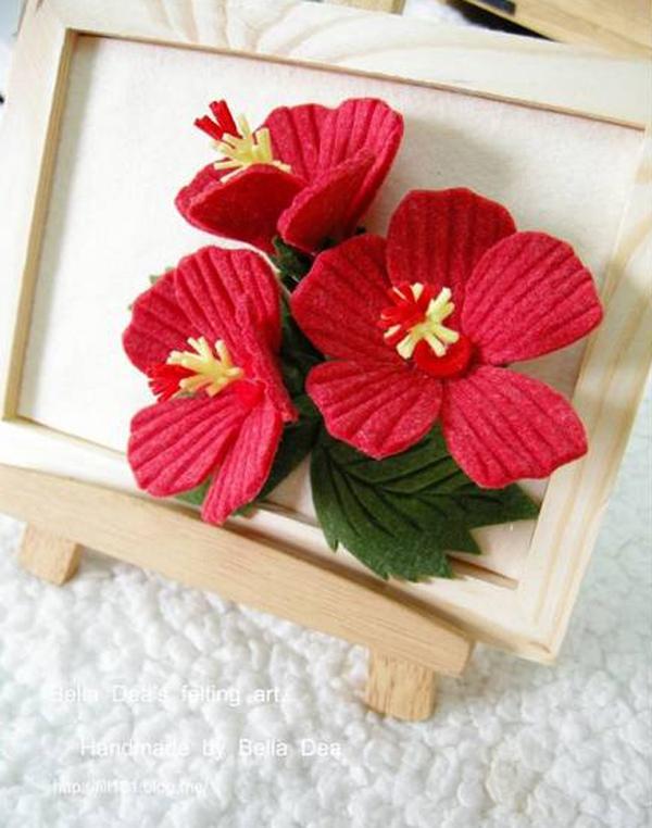 Trang trí khung tranh với nhành hoa đỏ bắt mắt 1