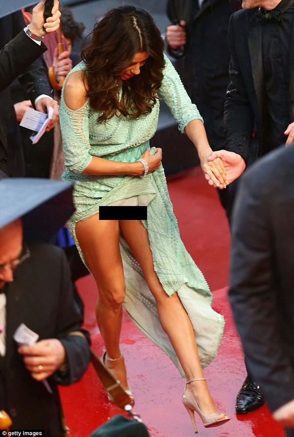"""Eva Longoria """"lộ hàng"""" vô duyên trên thảm đỏ Cannes 4"""