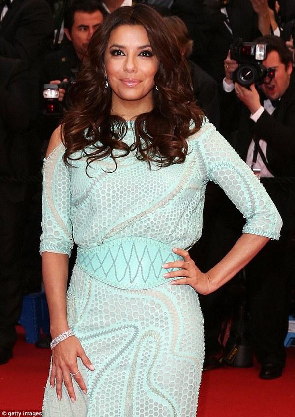 """Eva Longoria """"lộ hàng"""" vô duyên trên thảm đỏ Cannes 3"""