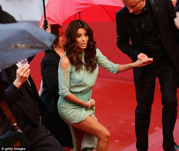 """Eva Longoria """"lộ hàng"""" vô duyên trên thảm đỏ Cannes 5"""
