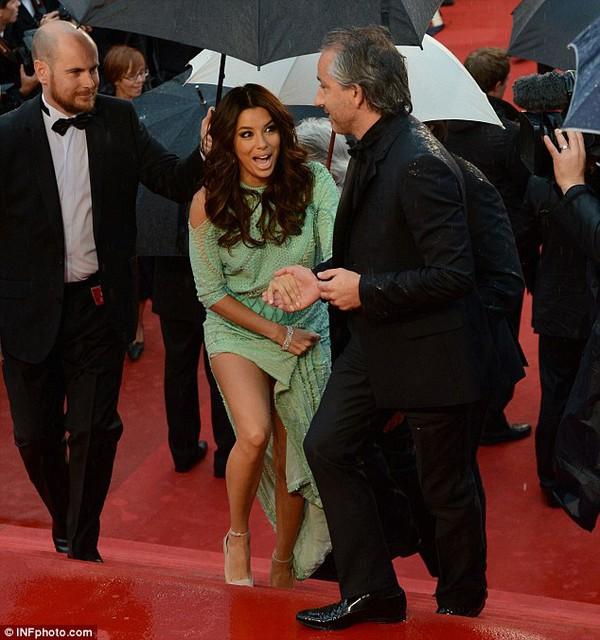 """Eva Longoria """"lộ hàng"""" vô duyên trên thảm đỏ Cannes 6"""
