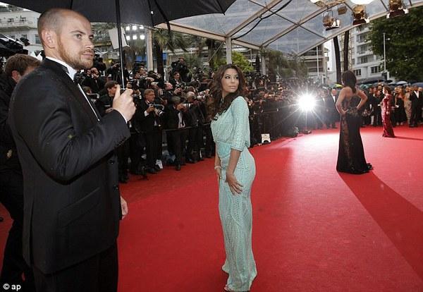 """Eva Longoria """"lộ hàng"""" vô duyên trên thảm đỏ Cannes 1"""
