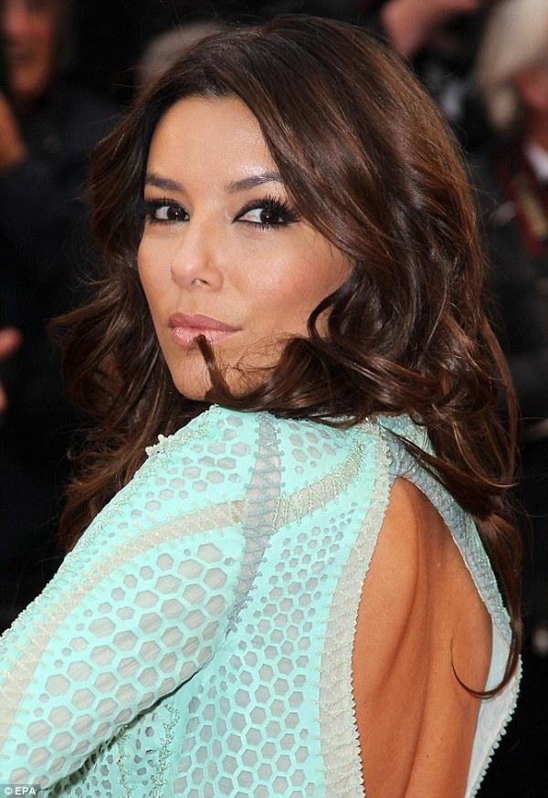 """Eva Longoria """"lộ hàng"""" vô duyên trên thảm đỏ Cannes 2"""