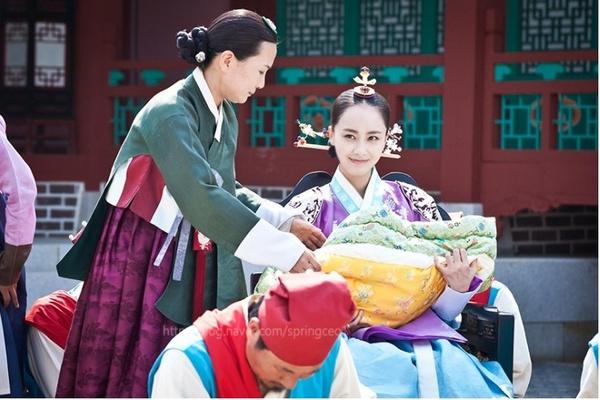 """""""Ok Jung"""" Kim Tae Hee giành lại con, Hoàng hậu bị phế truất 2"""