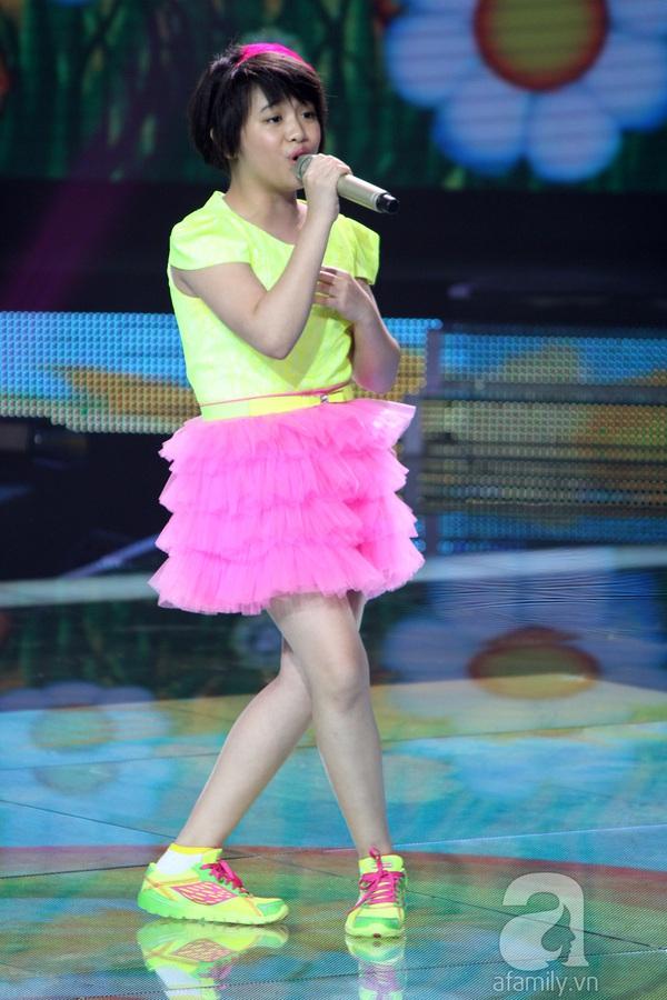 """The Voice Kids Liveshow 1: Nguyễn Quang Anh """"lên đồng"""" với """"Chiếc khăn Piêu"""" 17"""
