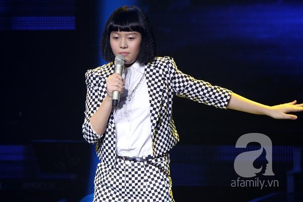 """The Voice Kids Liveshow 1: Nguyễn Quang Anh """"lên đồng"""" với """"Chiếc khăn Piêu"""" 21"""