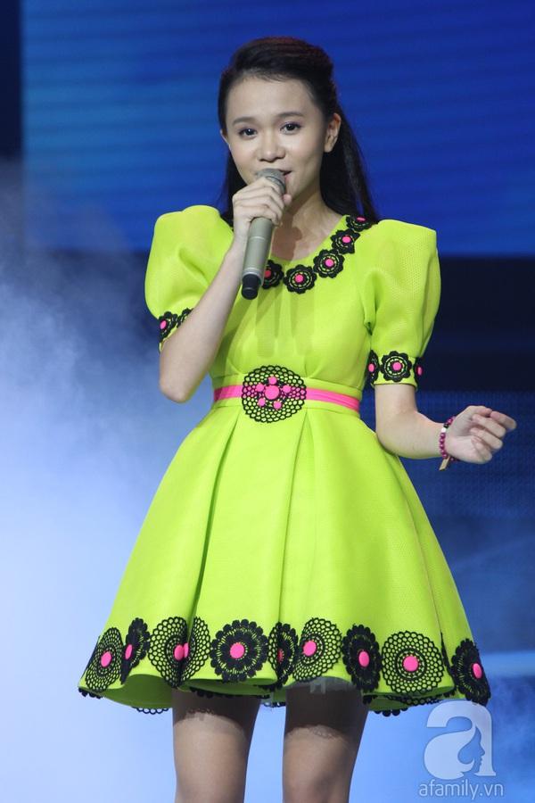 """The Voice Kids Liveshow 1: Nguyễn Quang Anh """"lên đồng"""" với """"Chiếc khăn Piêu"""" 23"""