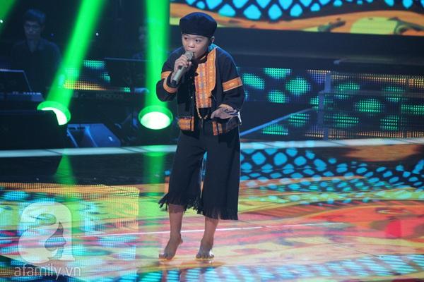 """The Voice Kids Liveshow 1: Nguyễn Quang Anh """"lên đồng"""" với """"Chiếc khăn Piêu"""" 2"""
