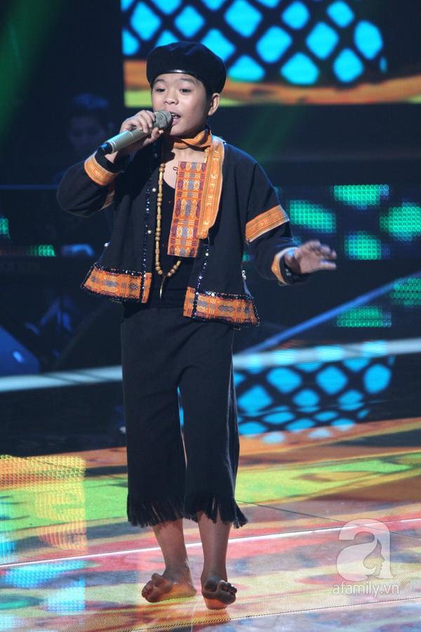 """The Voice Kids Liveshow 1: Nguyễn Quang Anh """"lên đồng"""" với """"Chiếc khăn Piêu"""" 3"""