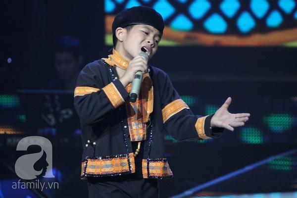 """The Voice Kids Liveshow 1: Nguyễn Quang Anh """"lên đồng"""" với """"Chiếc khăn Piêu"""" 4"""