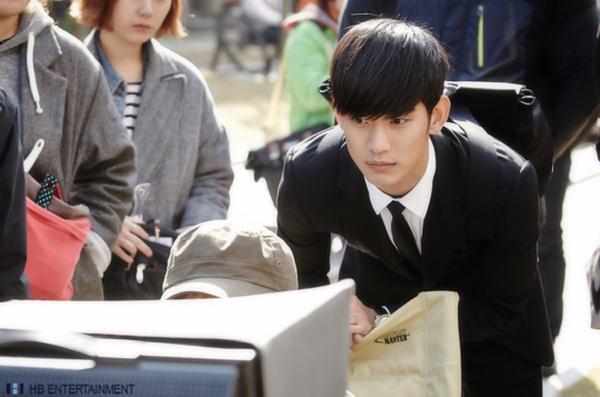 """Kim Soo Hyun bảnh bao trong tạo hình """"giáo sư 400 tuổi"""" 1"""
