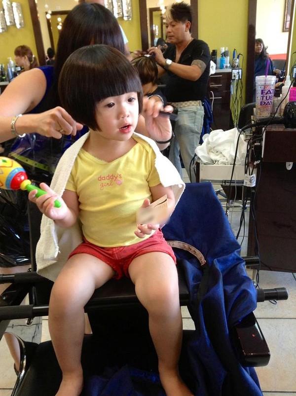 Hình ảnh đáng yêu của con gái danh hài Thúy Nga đi làm tóc 1