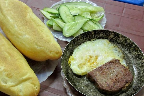 """""""Thèm thuồng"""" trước những hàng bánh mì ngon nổi tiếng Hà Nội 7"""