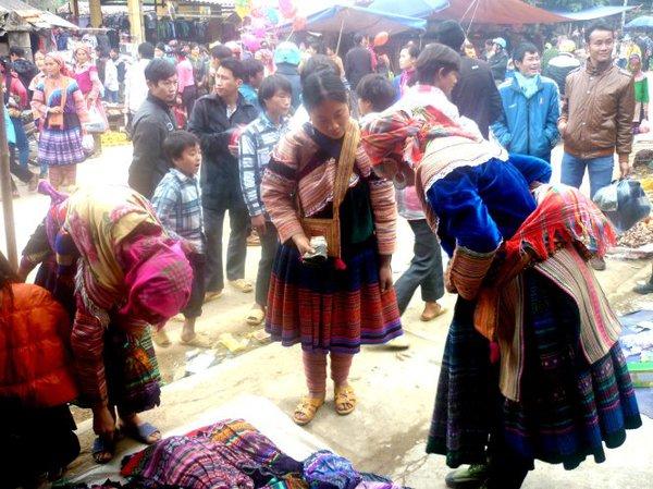 Rộn rã sắc xuân chợ phiên vùng cao Tây Bắc 9