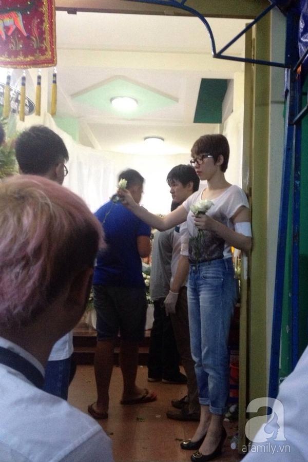 Trời về khuya vẫn đông nghệ sỹ đến viếng Wanbi Tuấn Anh 3