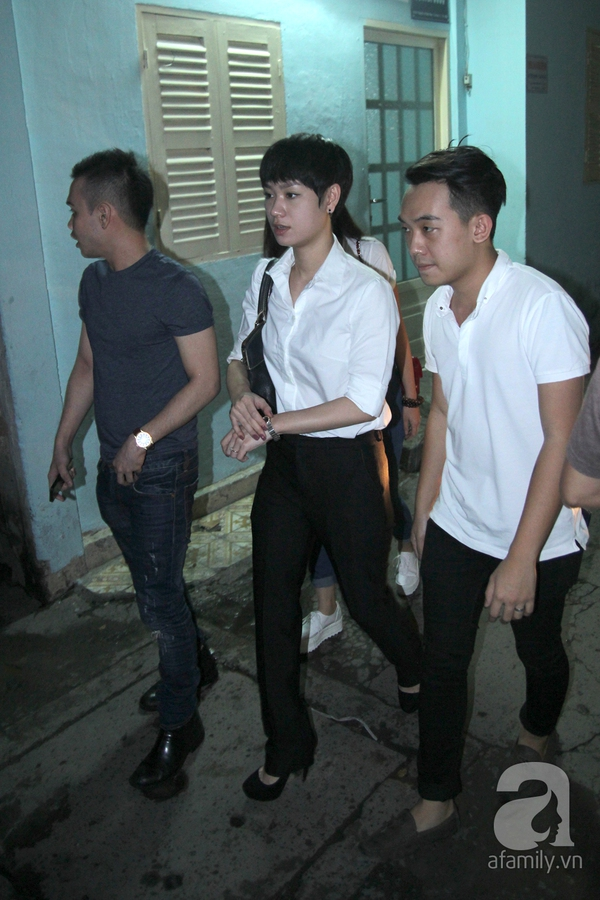 Trời về khuya vẫn đông nghệ sỹ đến viếng Wanbi Tuấn Anh 16