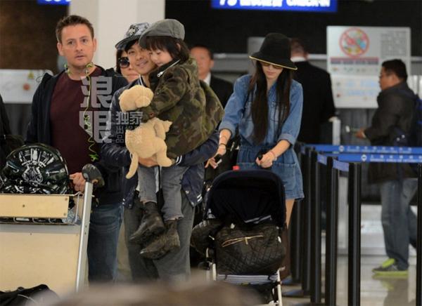 Lâm Chí Dĩnh cùng vợ và con trai gây chú ý tại sân bay 1