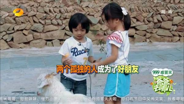 Lâm Chí Dĩnh cùng vợ và con trai gây chú ý tại sân bay 11
