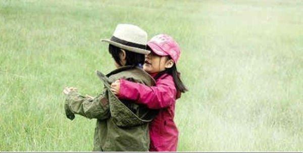 Lâm Chí Dĩnh cùng vợ và con trai gây chú ý tại sân bay 12