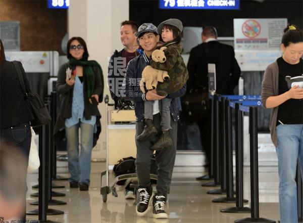Lâm Chí Dĩnh cùng vợ và con trai gây chú ý tại sân bay 2