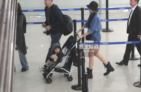 Lâm Chí Dĩnh cùng vợ và con trai gây chú ý tại sân bay 3