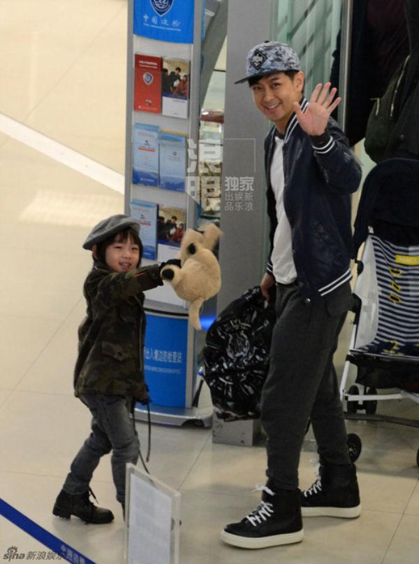 Lâm Chí Dĩnh cùng vợ và con trai gây chú ý tại sân bay 4