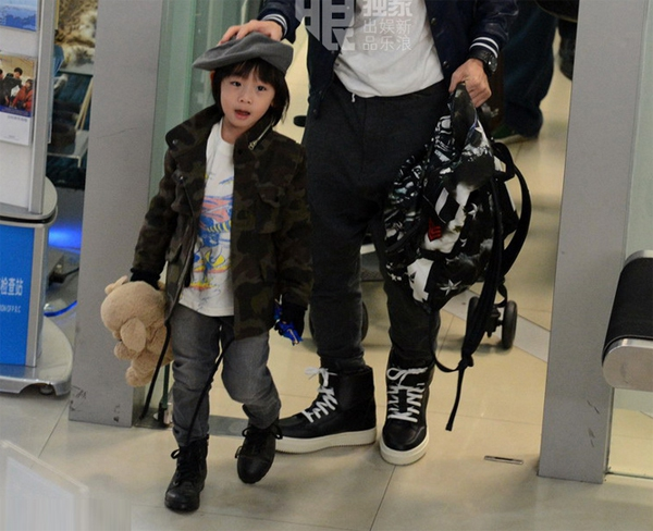 Lâm Chí Dĩnh cùng vợ và con trai gây chú ý tại sân bay 5