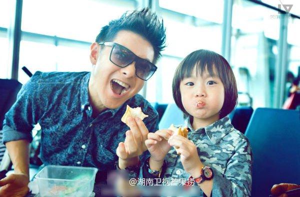 Lâm Chí Dĩnh cùng vợ và con trai gây chú ý tại sân bay 6