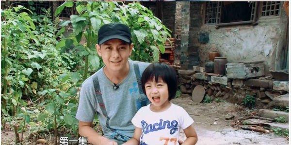 Lâm Chí Dĩnh cùng vợ và con trai gây chú ý tại sân bay 7