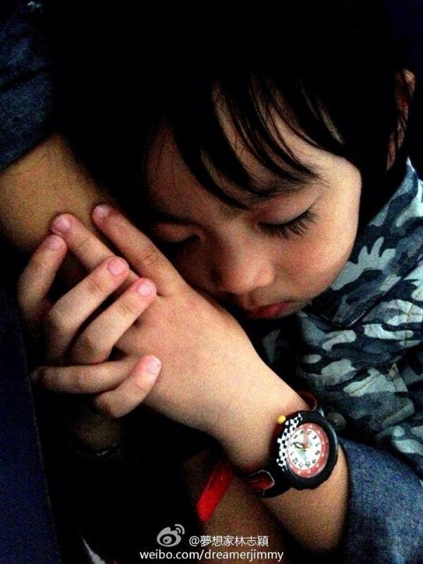 Lâm Chí Dĩnh cùng vợ và con trai gây chú ý tại sân bay 9