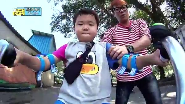 """""""Bố ơi, mình đi đâu thế?"""": Bố Dong Il hóa... bà cô lòe loẹt 1"""
