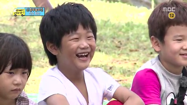 """""""Bố ơi, mình đi đâu thế?"""": Bố Dong Il hóa... bà cô lòe loẹt 8"""