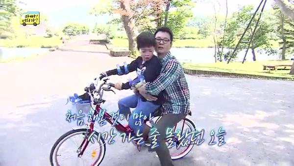 """""""Bố ơi, mình đi đâu thế?"""": Bố Dong Il hóa... bà cô lòe loẹt 3"""