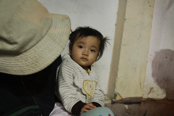 Bố qua đời, mẹ và bé gái 9 tháng tuổi ở vỉa hè, nhặt ve chai kiếm sống  5