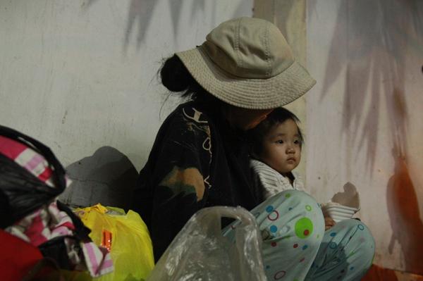 Bố qua đời, mẹ và bé gái 9 tháng tuổi ở vỉa hè, nhặt ve chai kiếm sống  6